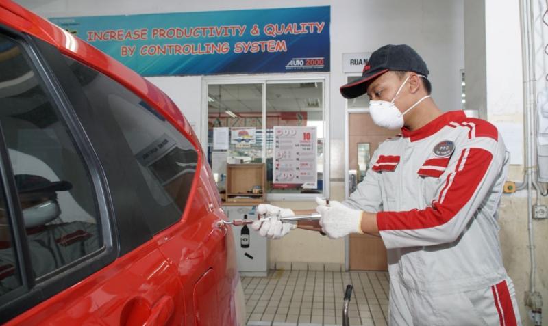 Mekanik Body & Paint Auto2000 Bogor Yasmin sedang melakukan Putty pada kendaraan pelanggan