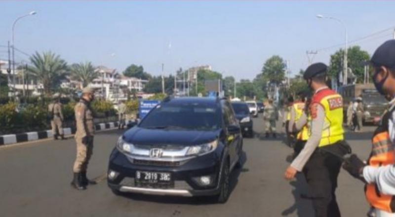 Operasi masker dilakukan terhadap pengendara mobil pelat B dari Jakarta di Gadog yang mau menuju Puncak. (foto : suara)