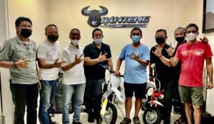 Panitia Tropical Sprint Rally saat mengunjungi H Prass di Hanggar BSD markas tim Banteng Motorsport pada Minggu hari ini.