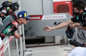 Fabio Quartararo (Petronas Yamaha Srt) saat memutar ulang rekaman peringatan penalti di Misano. (Foto: autosport)