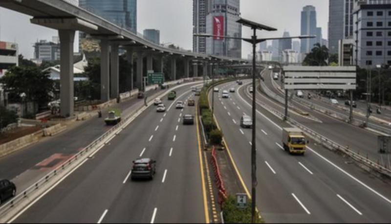 Tidak diberlakukannya sistem ganjil genap saat PSBB, jalanan Jakarta relatif lengang. (foto : merdeka)
