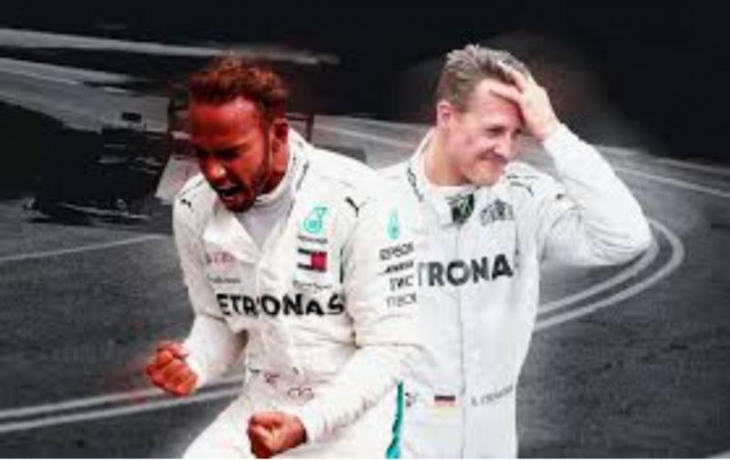 Lewis Hamilton dan Michael Schumacher, penerus dan pengembang tim Mercedes di F1. (Foto: givemesport)