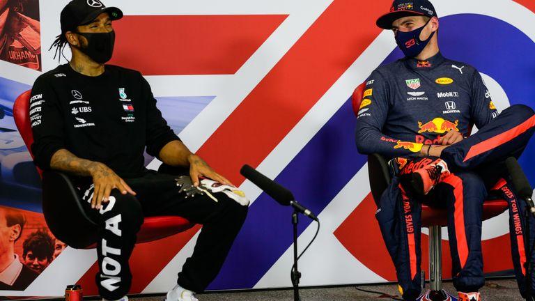 Lewis Hamilton dan Max Verstappen, akur di luar race. (Foto: skysport)