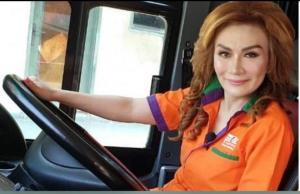 Eka Sari Lorena Soerbakti, keliling tol Trans Jawa dengan bus Lorena pada akhir pekan kemarin. (foto : fb eka sari lorena soerbakti)