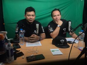 Ricky Sitompul (kanan) dan Tb Farhan, duet komentator Balap di Rumah Race Against PandemicIndonesia