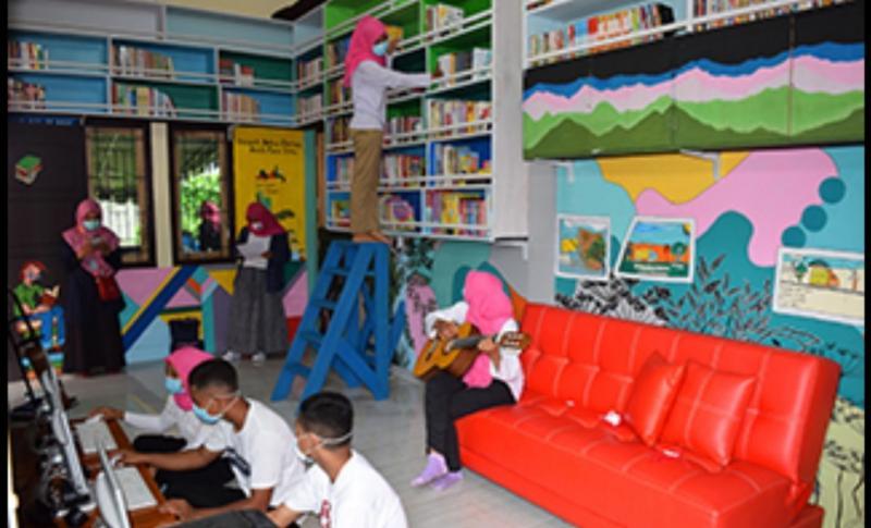 MMC menggelar seremoni pembukaan perpustakaan dan balai pertemuan anak di kota Ternate, Provinsi Maluku Utara, Indonesia.
