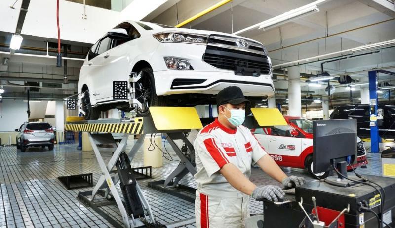 Mekanik Auto2000 tengah melakukan service rutin mobil Toyota pelanggan