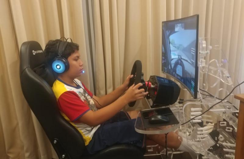 Daffa AB, masih penyesuaian dengan peranti baru Steering Wheel Base Fanatec pada Simulatornya