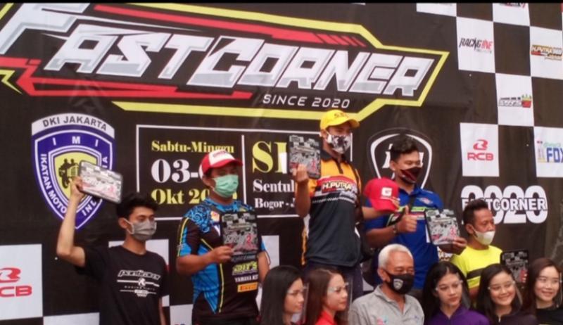 Reynaldi Rere Pradhana (tengah, koas kuning) di podium FCOC, SICK Bogor, Minggu (4/10/2020)