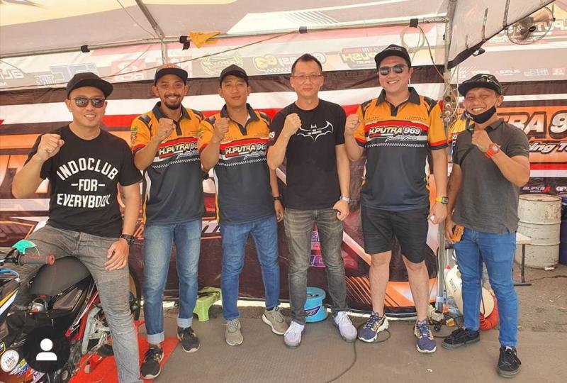 Denny Wajonk (kiri), Rudy Trijaya dan H.Putra Rizky di paddock H Putra 969 Racing Team di SIKC Bogor kemarin. (foto : ig indoclub)