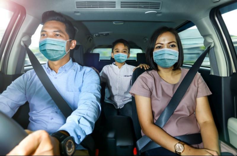 Pelanggan Auto2000 mengemudi aman bersama keluarga