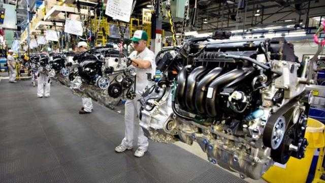 Produksi di pabrik kendaraan tetap beroperasi meski sebagian serikat buruh mengikuti unjuk rasa UU Cipta kerja