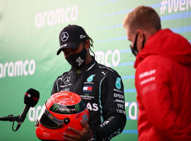 Lewis Hamilton terima helm dari Mick Schumacher di Eifel. (Foto: theindependent)