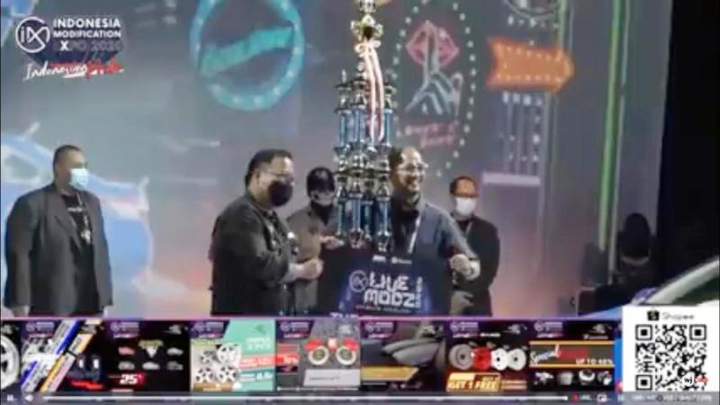 Fitra Eri menerima trofi juara Live Modz Taxi Challenge IMX 2020 dari Andre Mulyadi