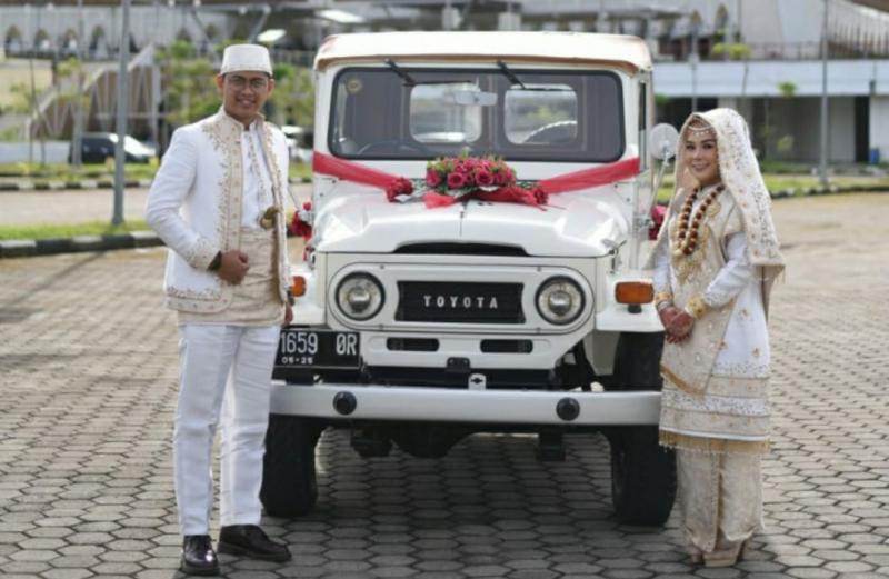 Rico Pahlawan dan Sabbihal Husni dengan Land Cruiser FJ40 sebagai mobil pengantinnya. (foto : ende)