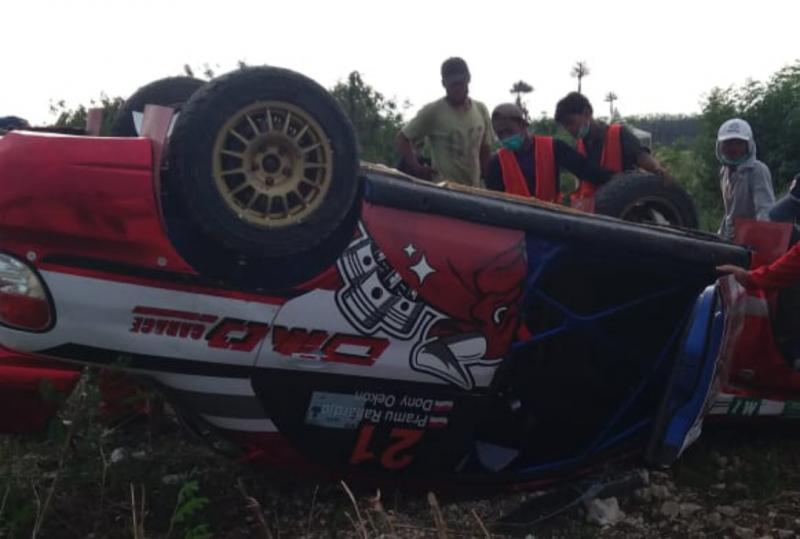 Subaru Impreza yang digeber Donny Oekon klonthang (terbalik) pada sesi shake down Tropical Sprint Rally Tanjung Lesung tadi sore. (foto : ist)