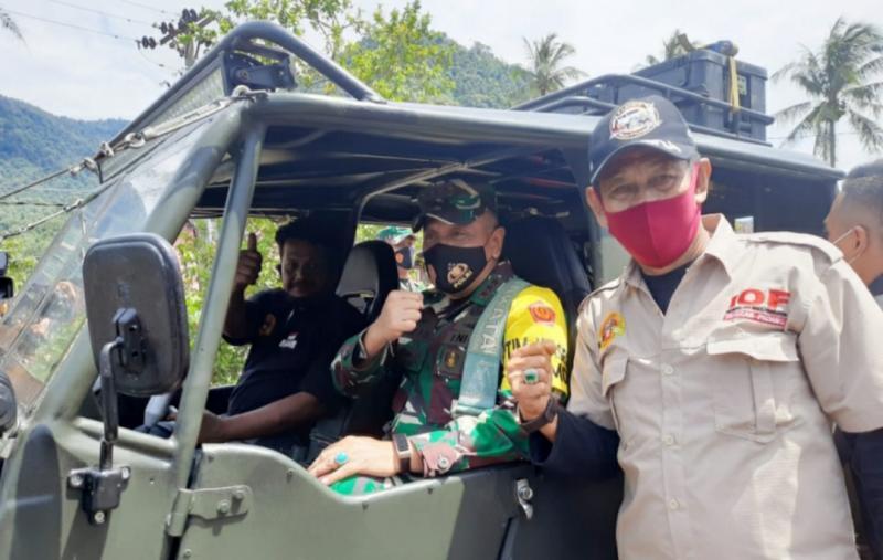 Letjend TNI Wisnoe Prasetya Boedi siap meninjau lokasi bersama offroader.