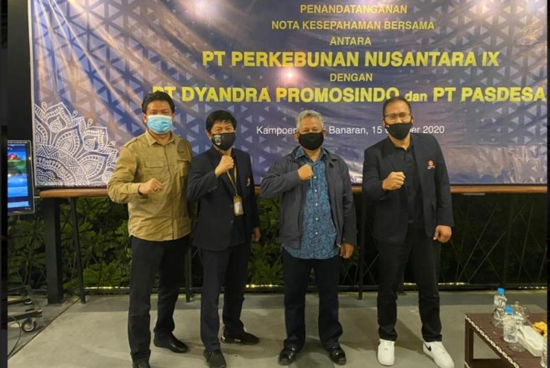 Hendra Noor Saleh (kedua dari kiri) secara resmi telah menandatangani Nota Kesepahaman (MOU) dengan PTPN 9 dalam pengelolaan Kampoeng Kopi Banaran di Bawen, Kabupaten Semarang, Jawa Tengah