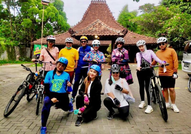 Wanda Hamidah cs dari tim goweser Bibir Merah lakukan Gowes Barengan dari Resto Solo Bogor tadi pagi