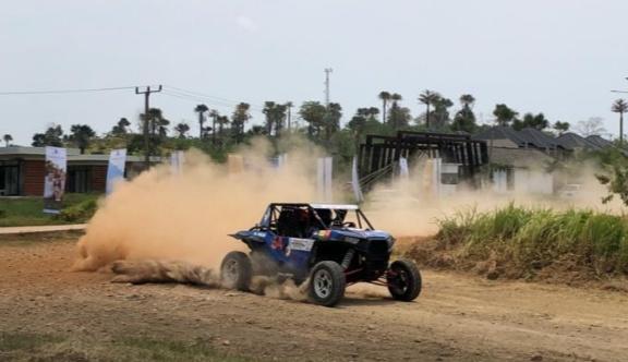 Umar Abdullah tampil perdana di ajang sprint rally dengan mobil UTV, berhasil menjadi juara 2. (foto : ist)