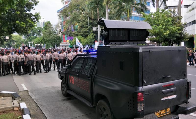 Mobil Raisa (pengurai massa) punya dua fungsi untuk memberi perintah kepada polisi dan menghalau pengunjuk rasa dengan suara yang pekak dan bikin pusing. (foto : harry kris)