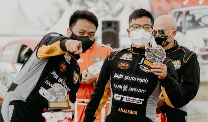 Marrel (kiri) Anjasara, Hongki Regina dan Uddy Baboe dari The Beagle Yogyakarta di Tropical Sprint Rally Tanjung Lesung Banten. (foto : ist)