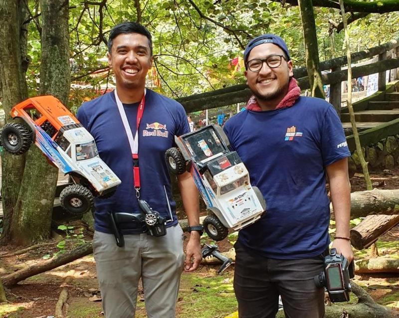 Muhamad Achi Zaki (kanan) dan Julian Johan sesama pehobi RC Adventure