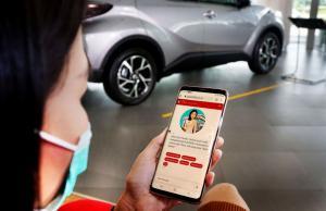 Pelanggan Auto2000 sedang mengakses layanan Auto2000 Digiroom (Auto2000.co.id)