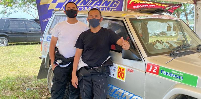 Dimitri Fitra (kiri), manager operasional TTI nyicipin serunya ajang Sprint Rally Indonesia