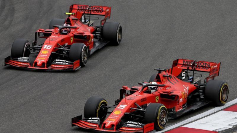 Charles Leclerc (kiri) dan Sebastian Vettel (kanan) belum menunjukkan performance terbaik bersama Ferrari di ajang F1 tahun ini