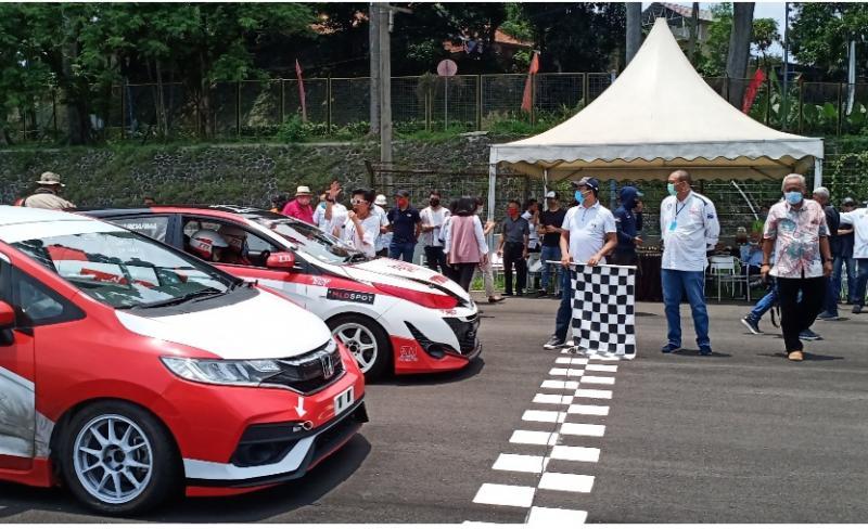 Sadikin Aksa didampingi Ketua IMI DKI melepas start menandai selesainya overlay Sentul International Circuit hari ini
