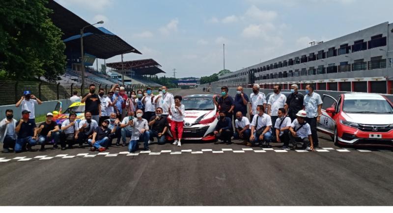 Komunitas balap dan manajemen PT Sarana Sirkuitindo Utama selaku pengelola Sirkuit Sentul foto bersama di lintasan aspal yang baru selesai dioverlay. (foto : bs)