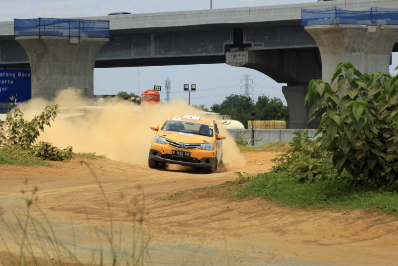 Anjasara Wahyu lebih cepat dari Rifat Sungkar di 3 Special Stage hari pertama Meikarta Sprint Rally. (foto: hf)