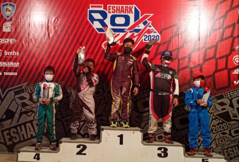 Febrian Putra Pratama di podium juara 1 Mini Rok Rising Star Eshark Rok Cup 2020. (foto : bs)
