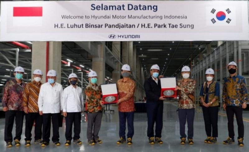 Menko Kemaritiman dan Investasi Luhut B Panjaitan mengunjungi pabrik Hyundai di kawasan Jawa Barat yang telah merampungkan 65% pembangunannya.