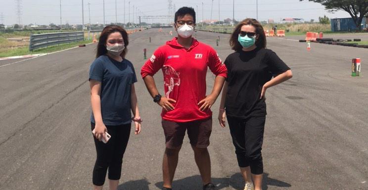 Anjasara Wahyu saat melakukan pelatihan slalom kepada Felicia Hariono di Surabaya
