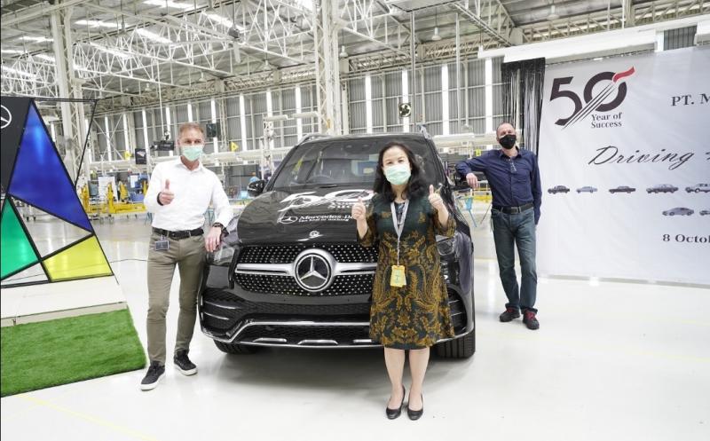 Patrick Schwind (kiri) selaku Presiden Direktur PT Mercedes-Benz Indonesia, Ester Tjiungwanara (Human Resources Director) dan Michael Koehler (Finance Director) di area pabrik Mercedes-Benz di Wanaherang, Bogor.