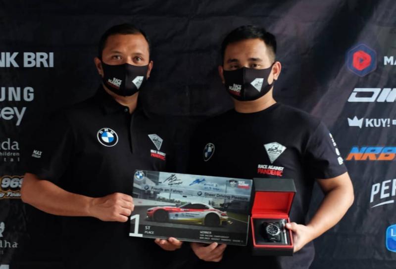 Rizal Sungkar menyerahkan hadiah juara BDR Race Against Pandemic kepada Jaka Siswoyo