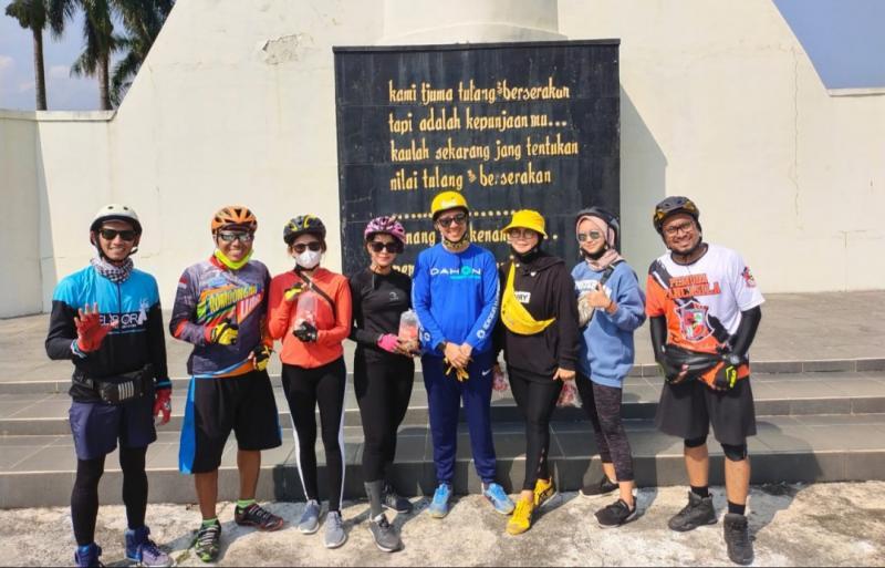 Ario Danu (tengah) usai berziarah ke Tamam Makam Pahlawan Bogor, foto bareng peserta Gorengan Ride to Heroes. ( Foto : ist)