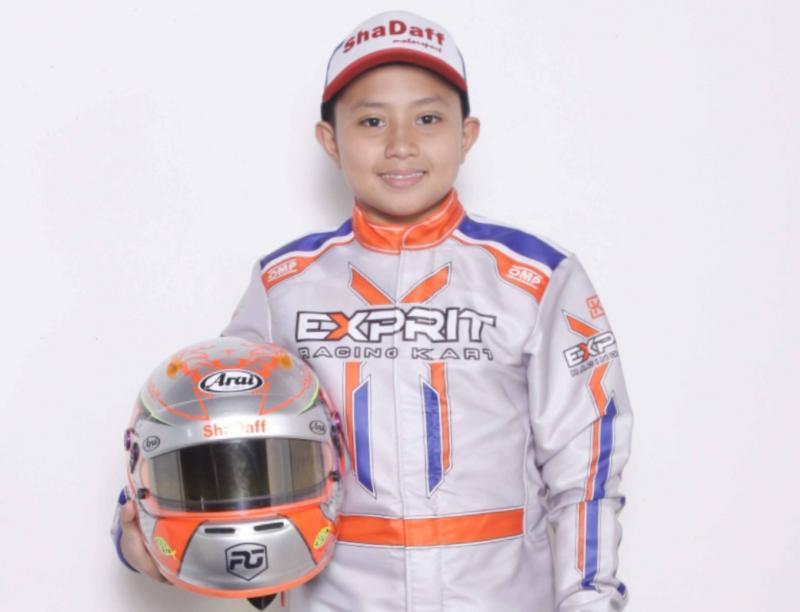 Pegokart juara kelas Junior Kanaka Azarel Gusasi disiapkan helm khusus oleh Arai Indonesia