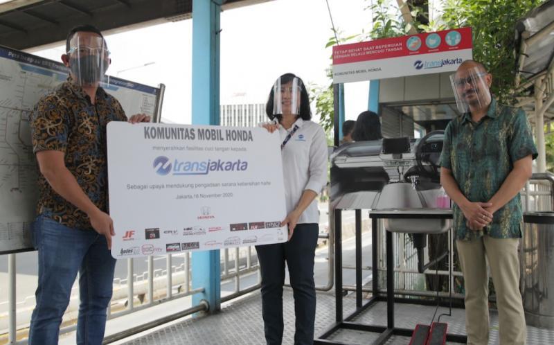 Acara serah terima fasilitas cuci tangan dilakukan di Halte Tegalan Matraman Raya (Koridor 5), Jakarta pada 16 November 2020