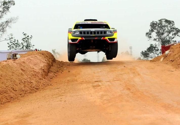 Aksi TB Adhi saat beraksi di sirkuit speed offroad dengan jeep tubularnya