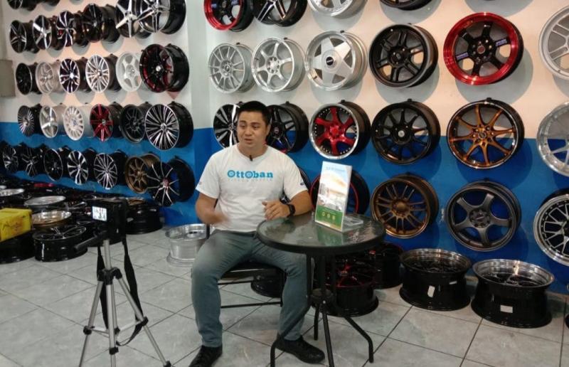 Valentino Ratulangi saat menjadi host youtube channel Ottoban Indonesia sebagai Om Otto. (foto : ist)