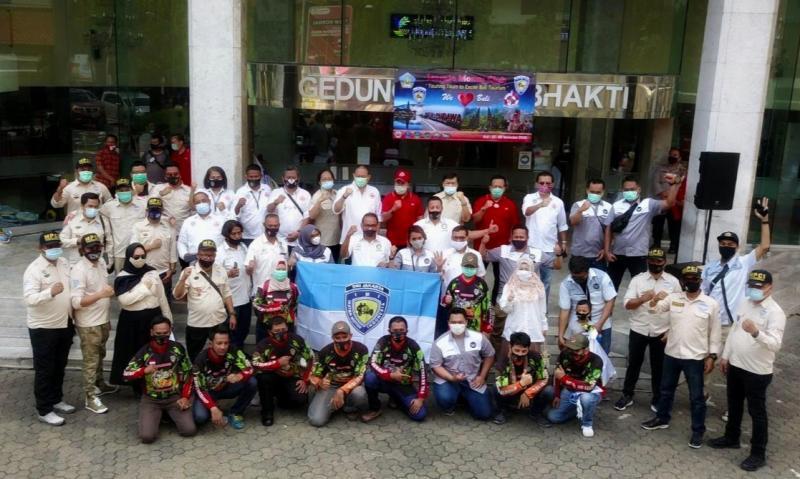 Komunitas mobil IMI DKI dilepas dari kantor Kemensos RI jalan Salemba Raya Jakarta ikuti program We Love Bali