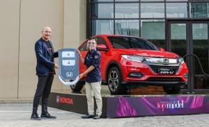 Adhi Parama Sugarda dari PT Honda Prospect Motor secara simbolis serahkan New Honda HR-V 1.5 Special Edition kepada Untung Pranoto dari NET TV.