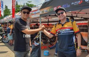 Deny Wajonk (kiri) dan H. Putra Rizki, tarik rem darurat dan sampaikan permohonan maaf atas ditundanya Indonesia Cup Prix di Subang akhir pekan ini. (foto : bikersnote)
