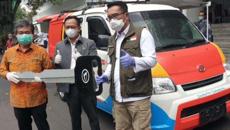 Gubernur Jabar Ridwan Kamil (kanan) menerima kunci mobil secara simbolis dari Astra Daihatsu Motor