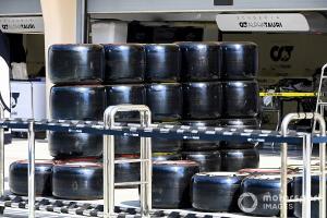 Prototype ban Pirelli 2021 yang tengah diuji di Sirkuit Sakhir, Bahrain. (Foto: motorsport)