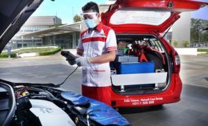 Petugas THS-Auto2000 Home Service melakukan service berkala kendaraan pelanggan