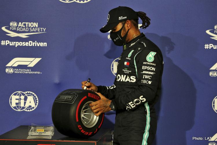 Lewis Hamilton (Inggrris/Mercedes), tak bosan bubuhkan tanda tangan di Pole Sitter Award. (Foto: grandpix24)